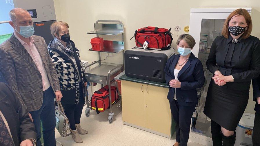 Sprzęt do szczepień podarowany opatowskiemu szpitalowi przez Cementownię Ożarów