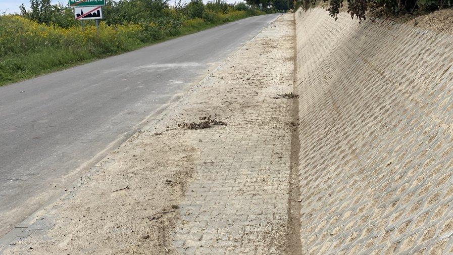 Budowa chodnika przy drodze powiatowej we Wszechświętych (gmina Sadowie) na finiszu