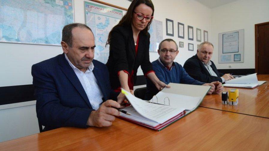 Bogusław Włodarczyk, starosta opatowski podpisuje umowę z Mieczysławem Siemaszką, współwłaścicielem spółki, która wykona meliorację