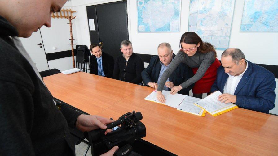 Bogusław Włodarczyk, starosta opatowski podpisuje umowę z właścicielem firmy z Maruszowa (gmina Ożarów) na dostarczenie maszyn rolniczych do Zespołu Szkół numer 1.
