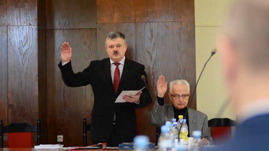 Zbigniew Wołcerz, przewodniczący Rady Powiatu Opatowskiego i Zbigniew Zięba, wiceprzewodniczący Rady Powiatu, poprzez podniesienie ręki głosują nad jedną z uchwał. Sesja Rady Powiatu Opatowskiego 30 stycznia 2018 roku.