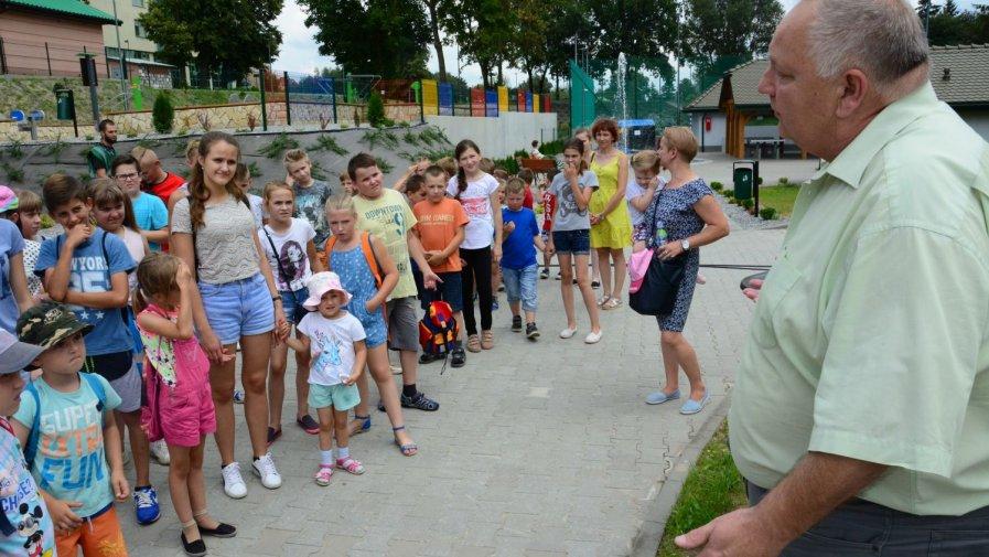 Dzieci z półkolonii na Promenadzie w Opatowie
