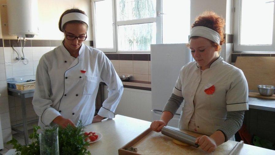 """Staropolskie jadło w nowoczesnym wydaniu """"żywieniówki"""" z Zespołu Szkół nr 1 w Opatowie"""