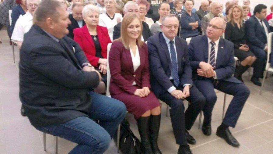 W pierwszym rzędzie od prawej siedzą: Tomasz Staniek, starosta opatowski i Andrzej Michalski, dyrektor Świętokrzyskiego Oddziału Państwowego Funduszu Rehabilitacji Osób Niepełnosprawnych w Kielcach.