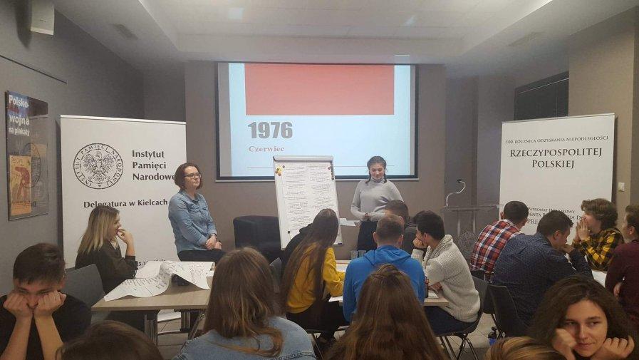 """Licealiści z """"Bartosza"""" z wizytą w kieleckiej delegaturze Instytutu Pamięci Narodowej"""