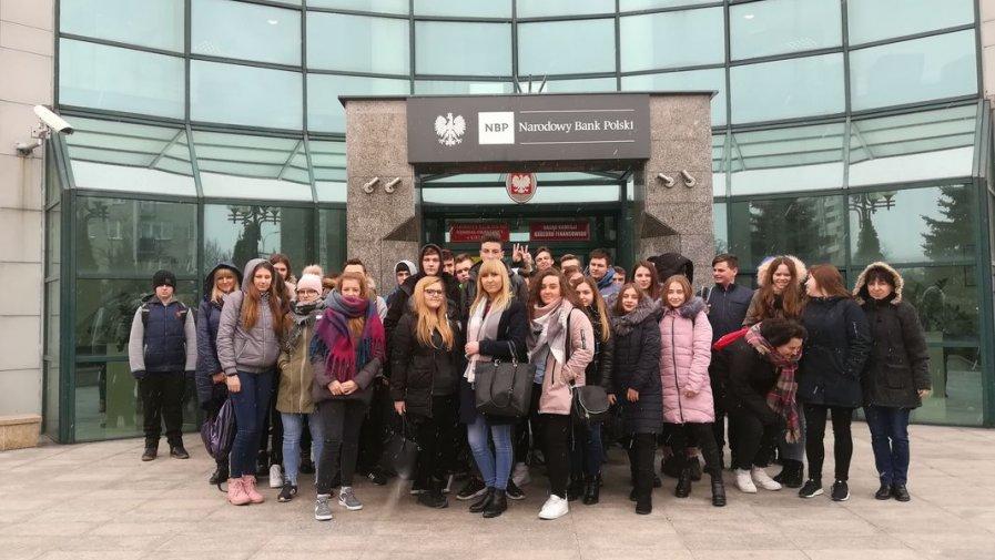 """Pierwszaki z """"logistyka"""" na wycieczce branżowej w NBP w Kielcach"""