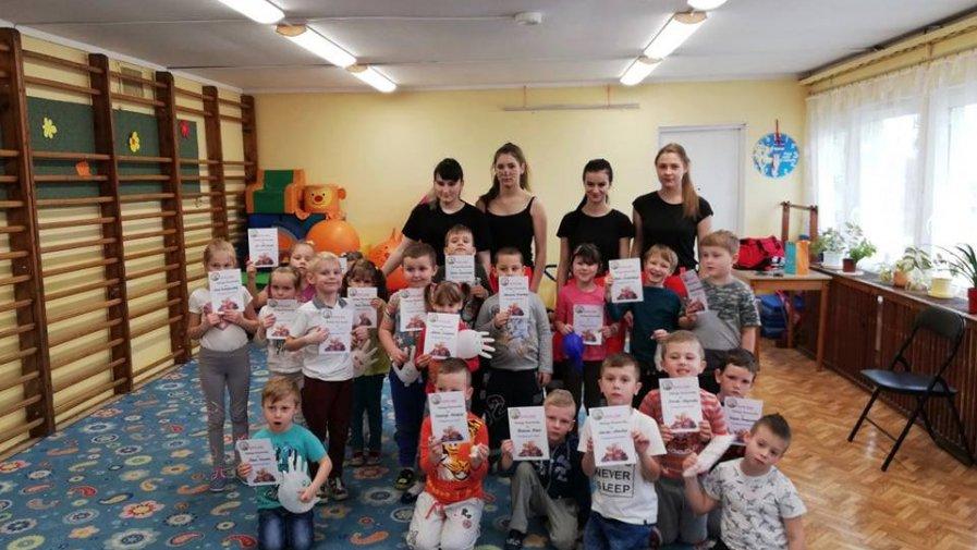 """Ratownicy medyczni ze """"Sklodowskiej"""" uczyli przedszkolaków pierwszej pomocy"""