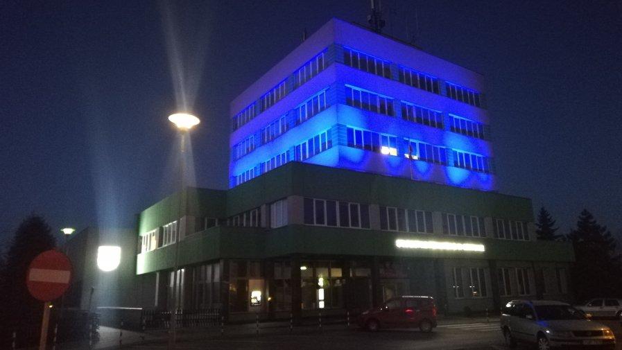 Budynek Starostwa Powiatowego w Opatowie rozświetlony na niebiesko