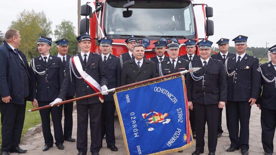 Przekazanie nowego wozu strażackiego druhom z Ożarowa